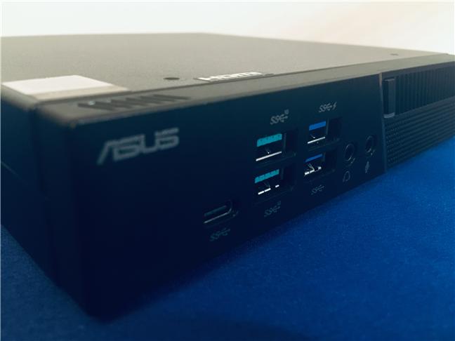 Porturile disponibile în partea frontală a lui ASUS Mini PC PB60G