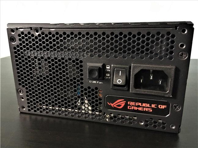 Portul și butonul de pornire, și comutatorul pentru ventilator (0 dB Fan)