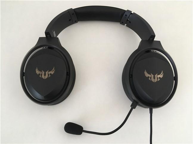 Headset-ul ASUS TUF Gaming H5 cu microfonul detașabil montat
