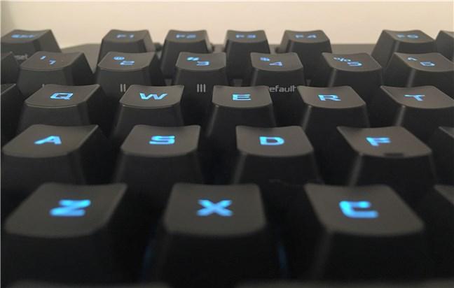 Vedere a suprafețelor concave de pe tastele ASUS TUF Gaming K5