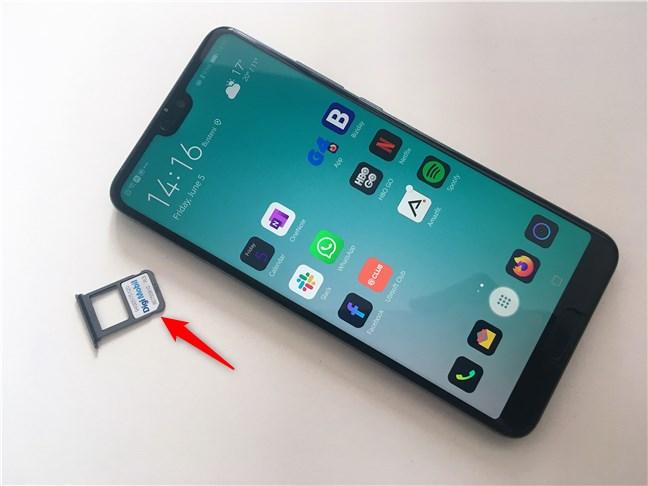 O cartelă nano-SIM utilizată într-un smartphone cu Android