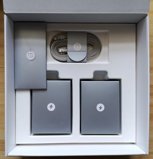 Despachetarea accesoriilor din cutia în care vine TP-Link Deco M5