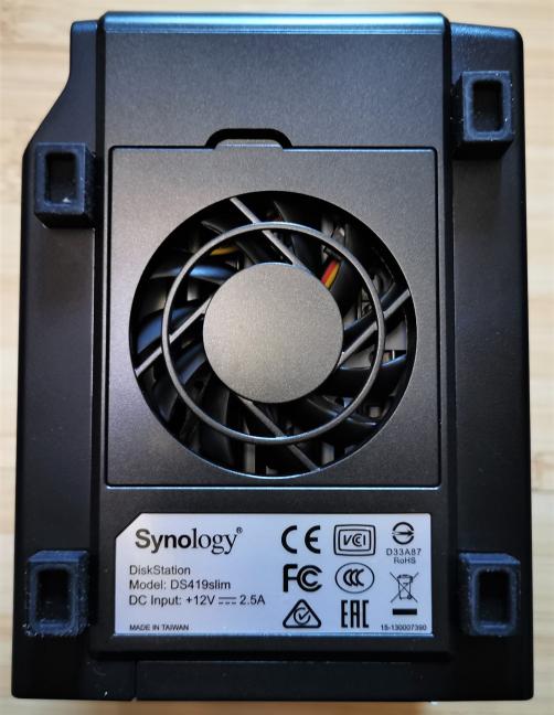 Synology DiskStation DS419slim - ventilatorul de pe partea dorsală