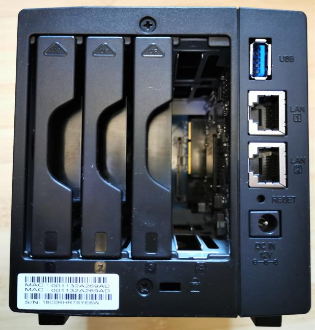 Synology DiskStation DS419slim - porturile și tăvile din spate