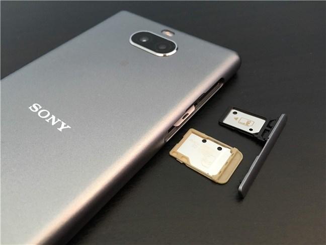Suportul pentru cartela SIM și microSD de pe Sony Xperia 10