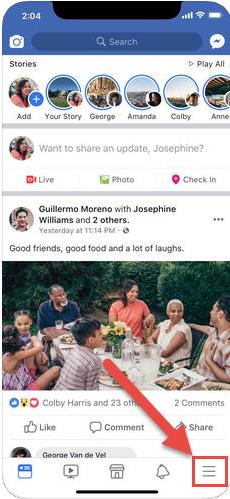 Apasă butonul de meniu în aplicația Facebook pentru iOS