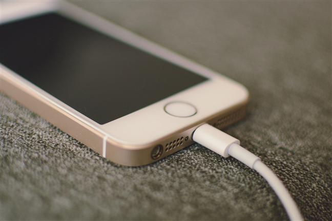 Un iPhone încărcându-și bateria
