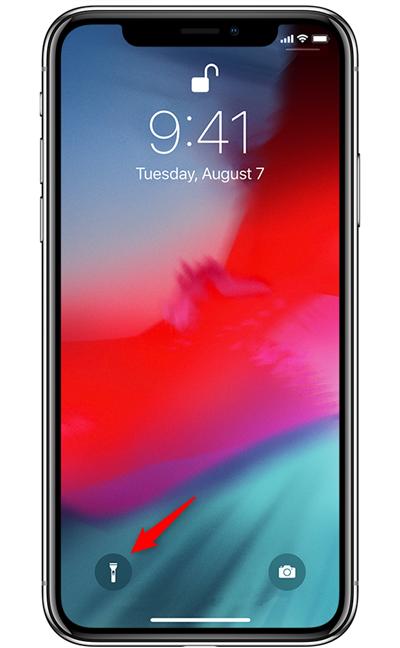 Butonul de lanternă de pe ecranul de blocare al unui iPhone X