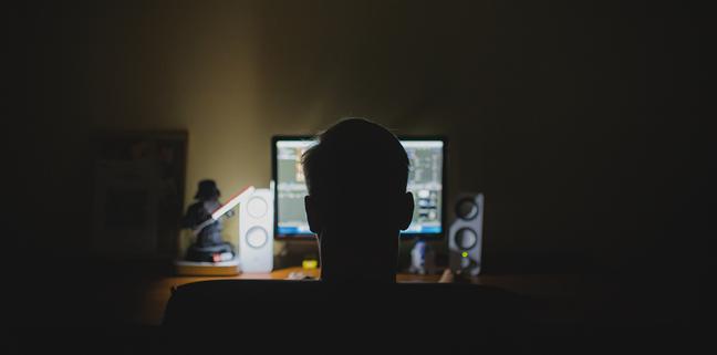 Utilizarea calculatorului noaptea îți obosește ochii