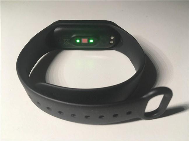Senzorul de monitorizare a ritmului cardiac și conectorii de alimentare de pe Xiaomi Mi Smart Band 4
