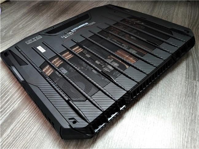 Dedesubt, MSI GT76 Titan DT 9SG are o grilă de aerisire uriașă