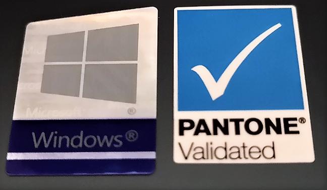 Eticheta Pantone Validated de pe spatele unui laptop