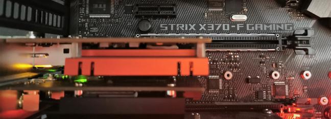 O placă PCIe x1 într-un slot PCIe x16