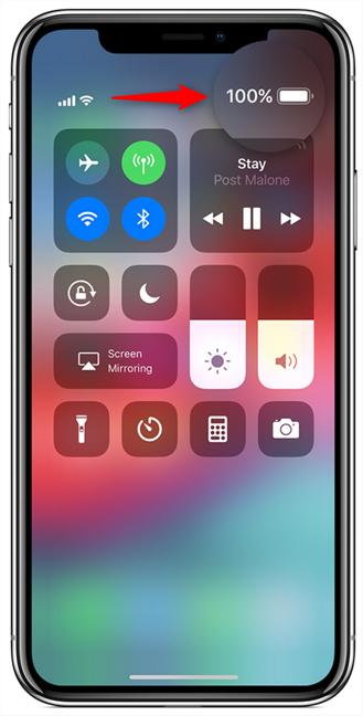 Procentul de baterie, afișat în Centrul de control de pe un iPhone X