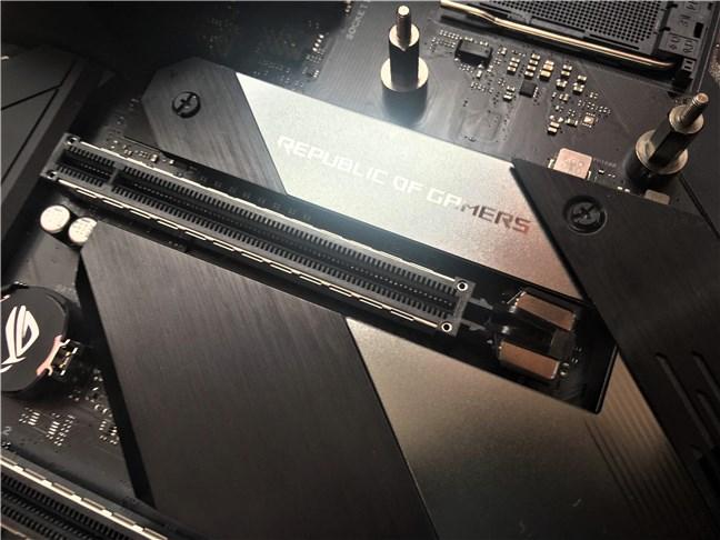 Sloturile PCIe 4.0 utilizate pentru plăcile video sunt ranforsate cu metal