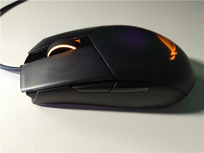 ASUS ROG Strix Impact II are două butoane laterale