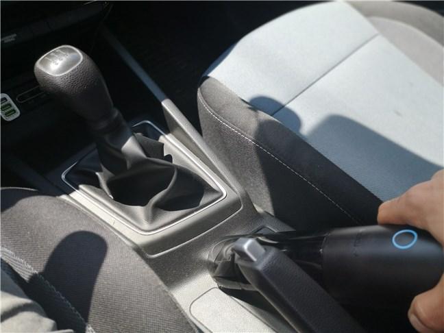 Curățând interiorul unei mașini cu ROIDMI Nano XCQP1RM
