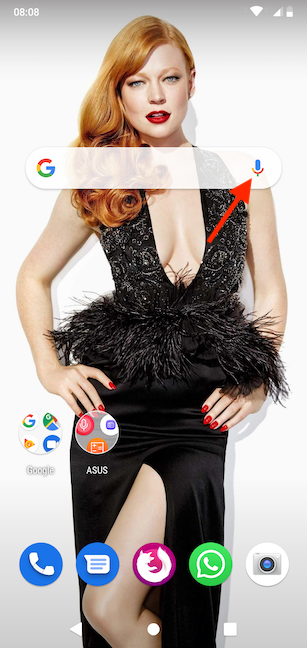 Apasă pe pictograma microfon pentru a activa Asistentul Google