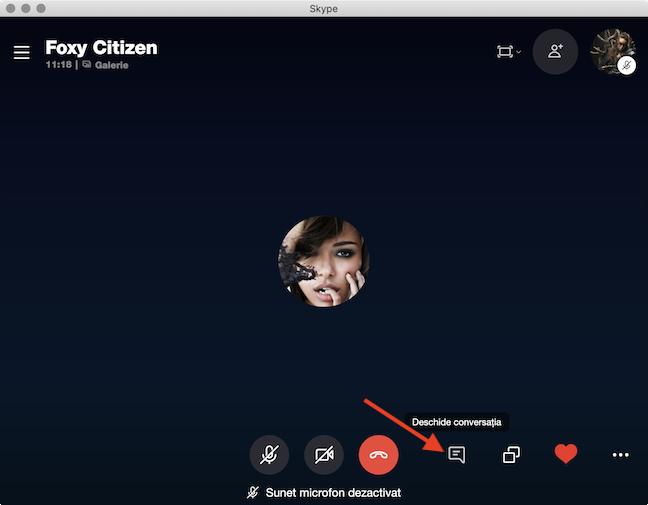 Într-un apel în desfășurare, deschide chatul pentru a vedea înregistrarea