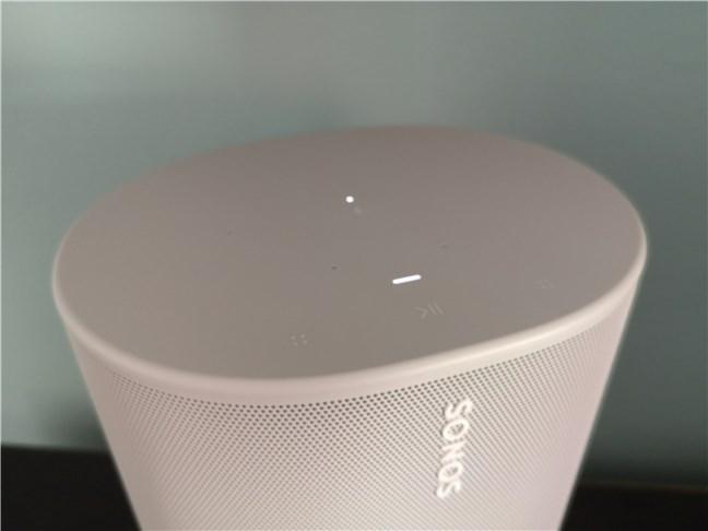 Sonos Move cu controalele tactile, microfoanele și indicatorul cu led