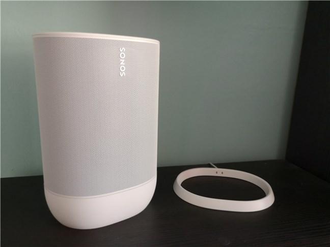 O boxă Sonos Move scoasă din baza de încărcare