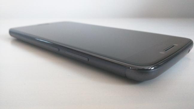 Un smartphone cu sticlă conturată 2.5D
