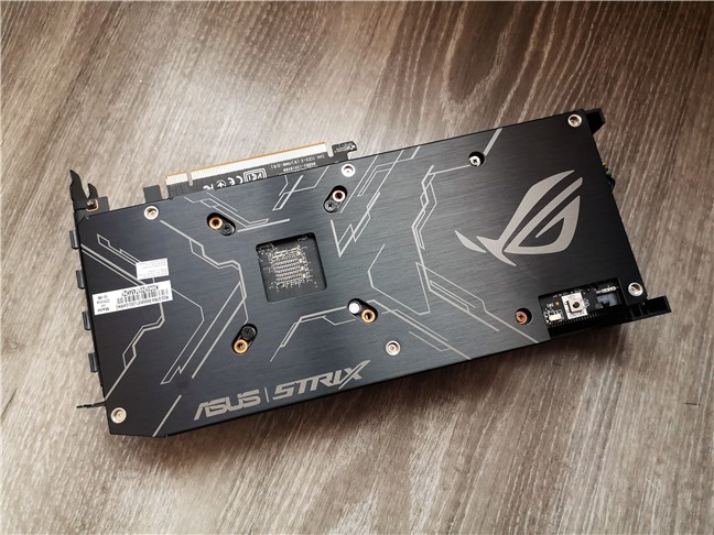 Placa de metal de pe spatele lui ASUS ROG Strix Radeon RX 5500 XT