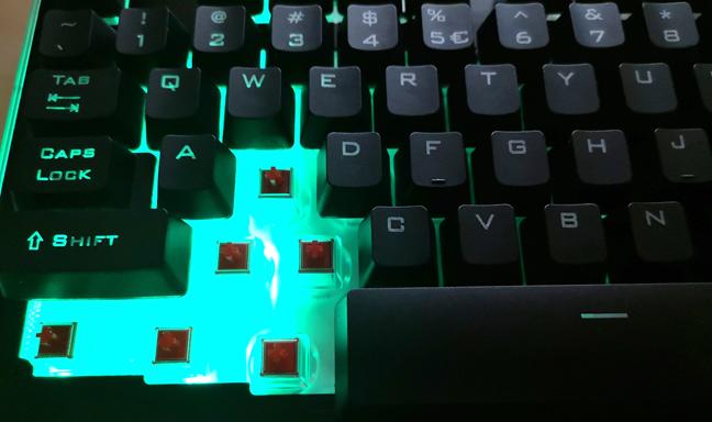 Tastatură RGB cu plastic pentru coperta superioară și pentru cea de susținere a tastelor