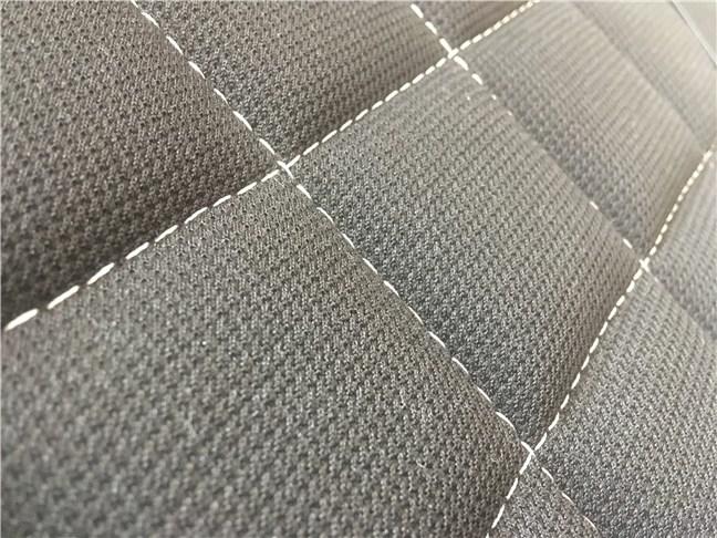 Cusăturile de pe materialul textil de pe scaunul de gaming Trust GXT 707 Resto V2