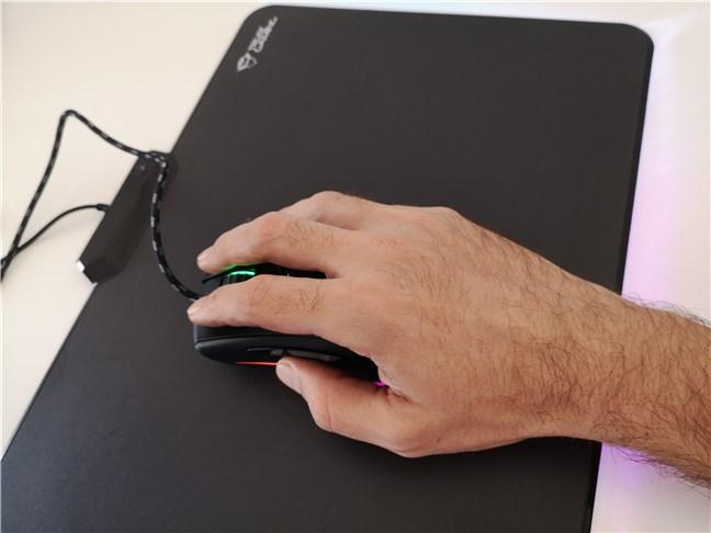 Utilizând mouse-ul de gaming Trust GXT 900 Qudos