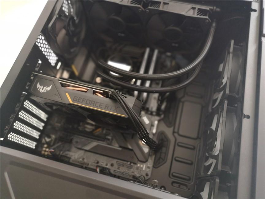 Montarea unei plăci grafice în carcasa de calculator ASUS TUF Gaming GT301