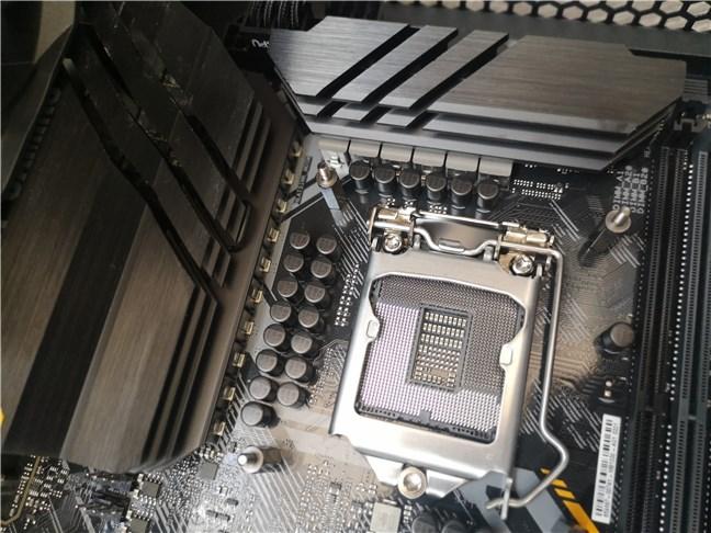 VRM-urile și radiatoarele mari de lângă soclul procesorului