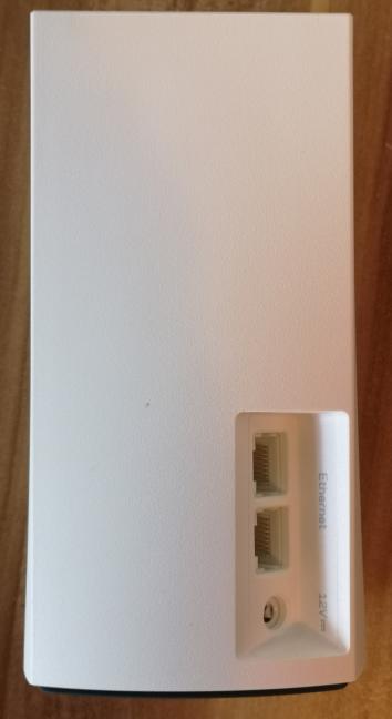 Porturile Ethernet și mufa de alimentare de pe Linksys Velop WHW01