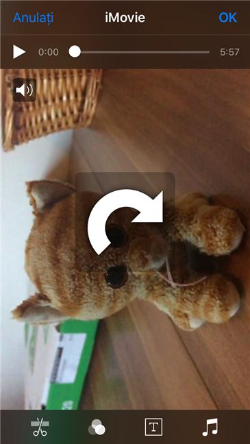 Rotirea clipului video în iMovie prin realizarea unui gest cu degetele