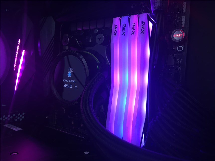 Modulele de memorie SPECTRIX D60G instalate într-un PC de gaming