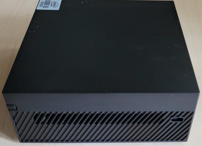 Partea dreaptă a ASUS Mini PC PN62