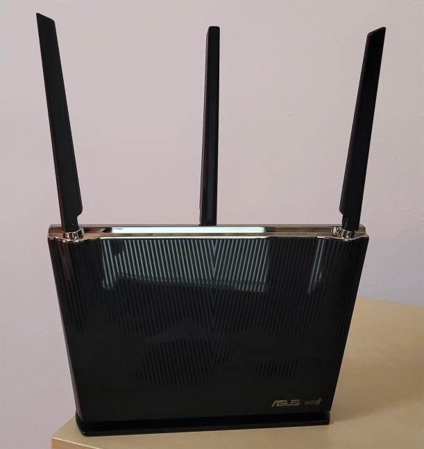 ASUS RT-AX68U are trei antene nondetașabile