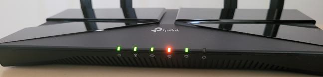 Vezi dacă s-au aprins ledurile de pe routerul TP-Link