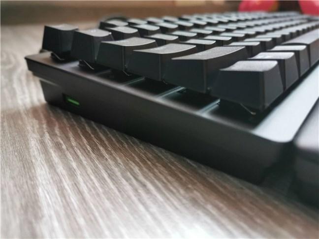 În partea stângă, se găsește un port USB 3.0