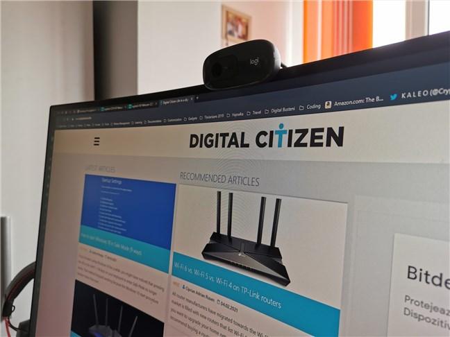 Webcamul Logitech C270 HD montat pe un monitor