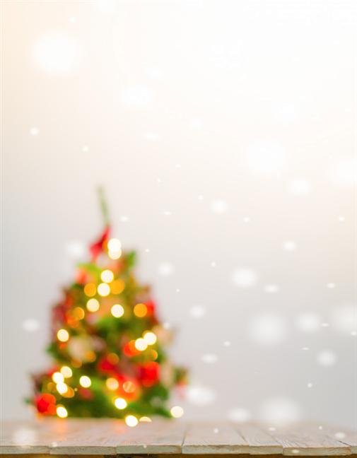 Masă de Crăciun și un brad de Crăciun în fundal (cu bokeh)