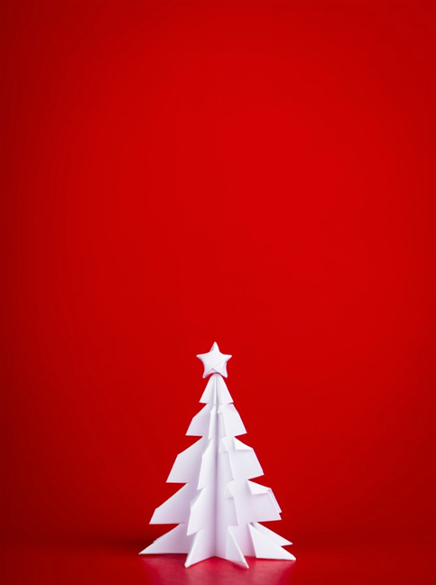 Un brad de Crăciun simplu, din hârtie, pe un fundal roșu