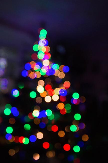Efect bokeh pentru un brad de Crăciun cu lumini colorate