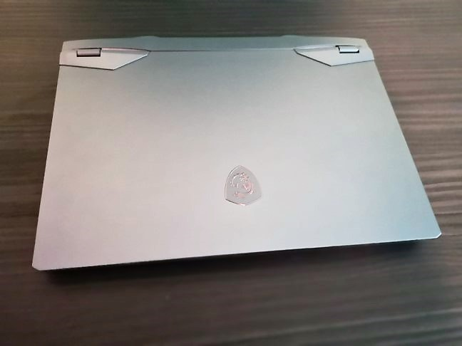 Laptopul de gaming MSI GE66 Raider 10SGS (spatele ecranului)