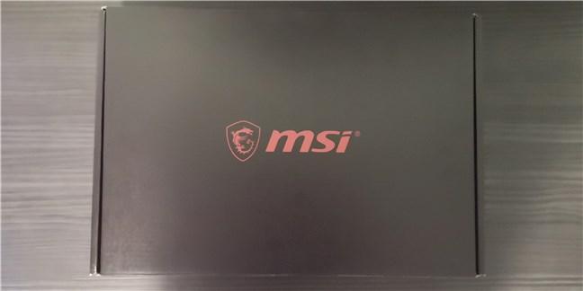 Cutia în care vine laptopul de gaming MSI GE66 Raider 10SGS