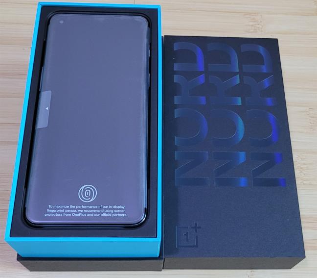 Cutia în care găsești telefonul vândut în magazine
