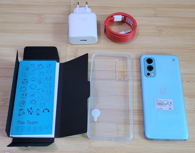 OnePlus Nord2 5G vine cu o husă de protecție în pachet