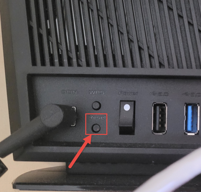 Butonul Reset de pe spatele unui router ASUS