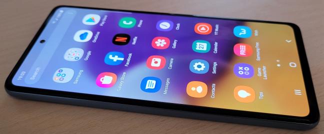 Ambele telefoane vin cu Android 11 din fabrică