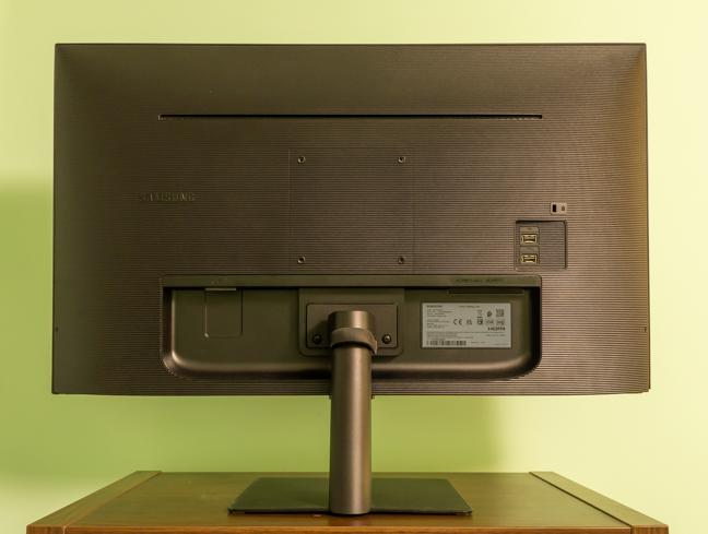 Monitorul are dimensiunile perfecte pentru birou
